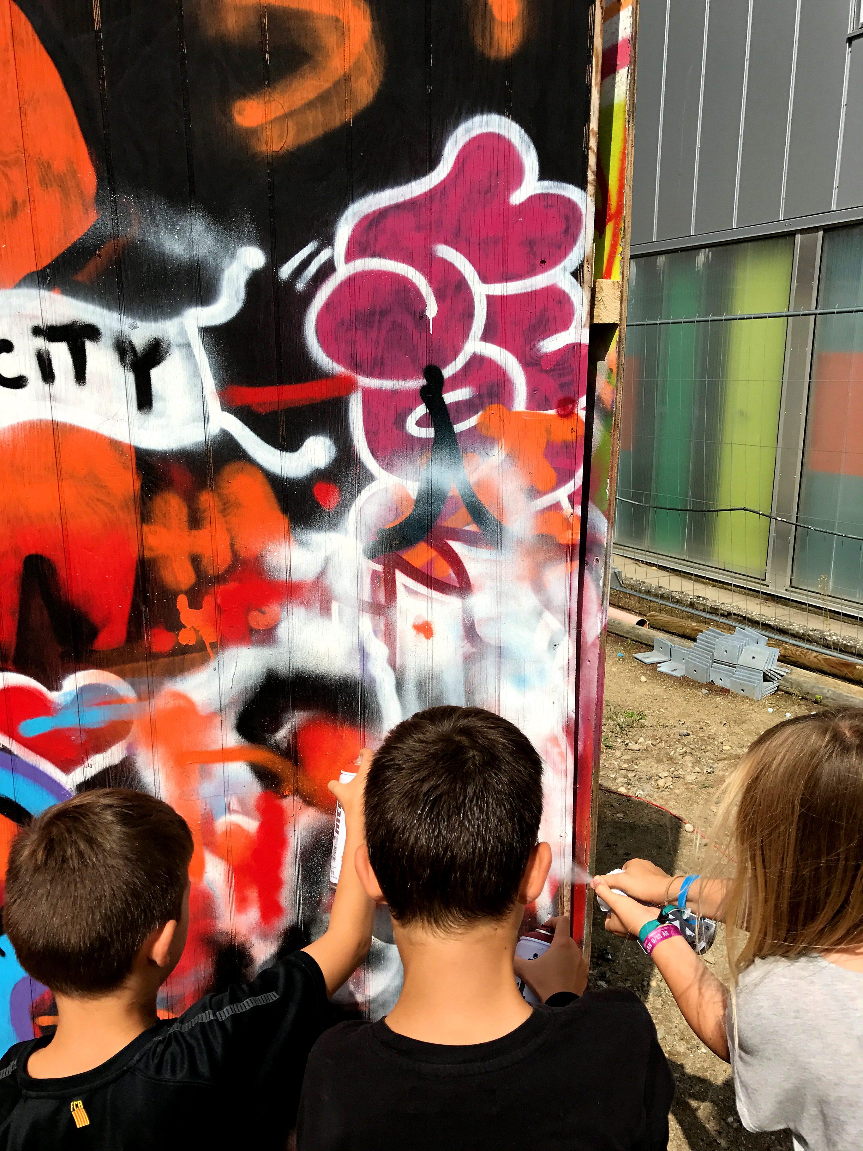 Mine drenge og deres veninde der prøver at male graffiti